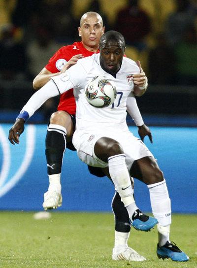 Altidore disputa el balón con el egipcio Gomaa.