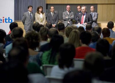 Surio se dirige a los trabajadores de EITB en la sede central del ente en Bilbao acompañado por los miembros de su equipo directivo.