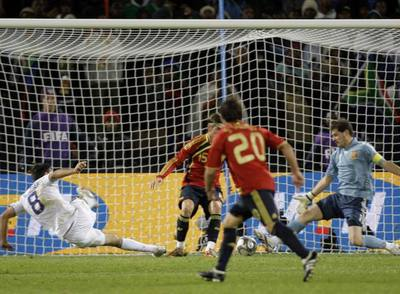 Dempsey (a la izquierda) marca el segundo gol de Estados Unidos ante Sergio Ramos y Casillas.