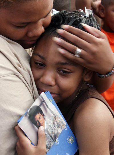 La madre de una  fan  de Michael Jackson  consuela a su hija en Gary (Indiana), localidad natal del cantante.