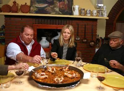 Gwyneth Paltrow y Mario Batali prueban una paella valenciana
