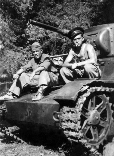 Aníbal González, izquierda, en su carro T-26, con un camarada ruso.