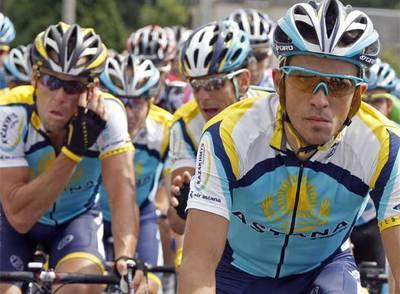 Contador, en primer término, y Armstrong, a su derecha, en el pelotón.