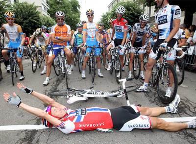 El noruego Arvesen se tumba en la salida antes del inicio de la etapa.