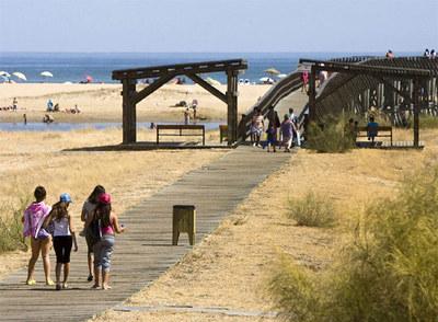Playa cercana al recinto ferial de Isla Cristina, donde se produjo la agresión.
