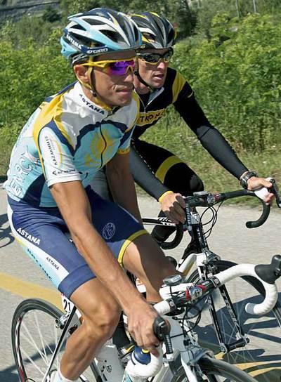 Contador, por delante de Armstrong, durante la jornada de descanso.