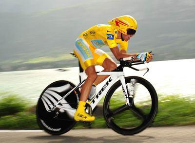 Alberto Contador, en pleno esfuerzo durante la contrarreloj de Annecy.
