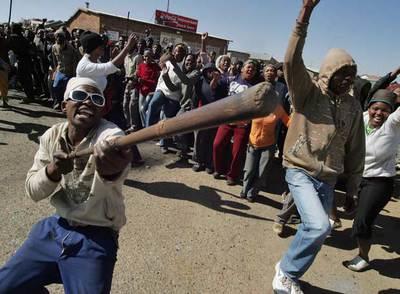Residentes de Balfour, en el este del país, protestan contra la falta de servicios.