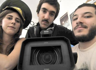 De izquierda a derech: Carola, Bruno y Nico, creadores del proyecto cinematográfico 'El cosmonauta', en su estudio de Chueca