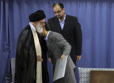 Mahmud Ahmadineyad besa el hombro del líder supremo, Alí Jamenei, durante la ceremonia de ayer en Teherán.
