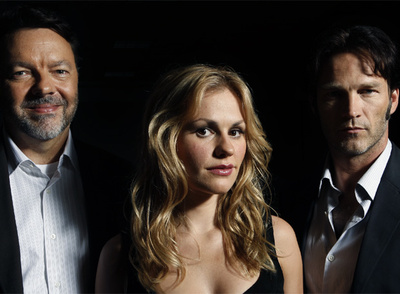 Alan Ball, productor y creador de la serie  True blood,  y sus dos actores principales: Anna Paquin y Stephen Moyer.