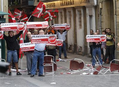 Manifestantes radicales ayer en la Parte Vieja de San Sebastián.