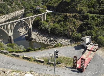 Un camión  queda bloqueado en las polémicas obras del Sil