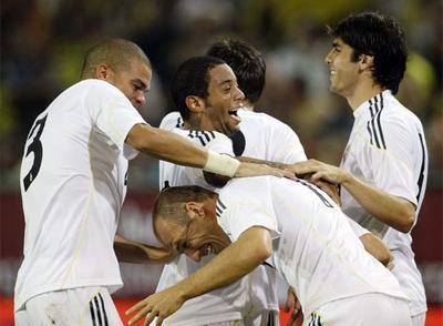 Los jugadores del Madrid felicitan a Robben por su gol.