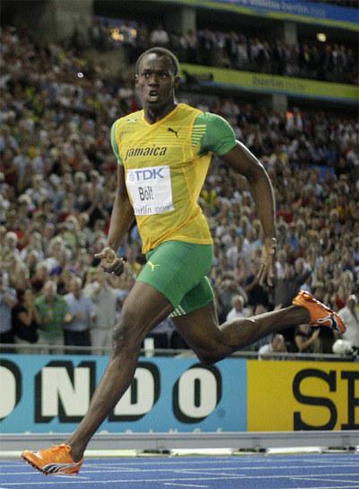 Usain Bolt se gira para mirar el cronómetro tras curzar la meta en la final de 200 metros.