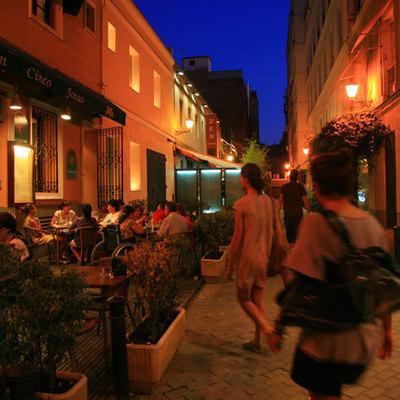 El peatonalizado callejón de Puigcerdá, una de las microcalles secretas del elegante barrio de Salamanca, en Madrid.