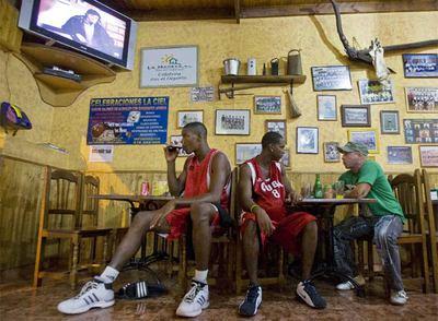 Taylor García, en el centro, y Grismay Paumier, dos de los cuatro cubanos que han pedido asilo político, junto a Ismael, la persona que les acoge  en Vecindario.