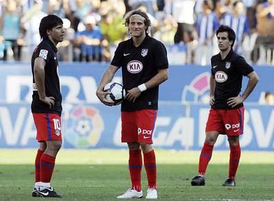 Agüero, Forlán y Jurado, tras el tercer gol del Málaga.