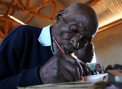 Kimani Maruge, en clase en Langas, al oeste de Kenia, en una fotografía de 2006.