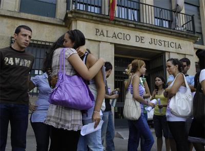 Amigos y familiares de Laura Alonso, ayer, frente al Palacio de Justicia de Ourense.