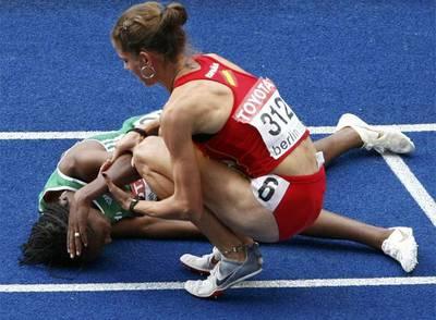 Natalia Rodríguez consuela a Gelete Burka tras la final de 1.500 metros de los Mundiales de Berlín.