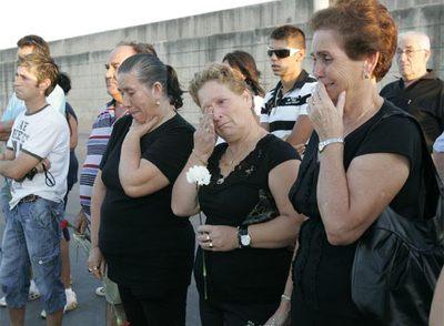 Tres viudas de los náufragos del Nuevo Pepita Aurora, en el acto celebrado en Barbate.
