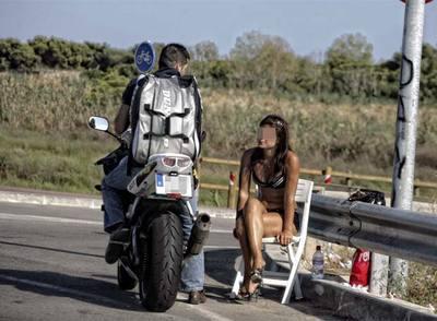 Un motorista conversa con una meretriz en la autovía de Castelldefels.