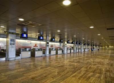 La antigua terminal T-2 del aeropuerto de El Prat, ayer, casi vacía.