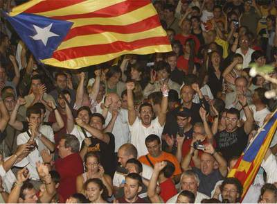 Júbilo en Arenys de Munt tras el anuncio de los resultados de la consulta.