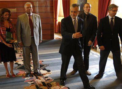De izquierda a derecha, Montero, Shomi Bhattacharda, Griñán, Joaquín Dopazo y Guillermo Antiñolo, ayer, en el Parlamento.