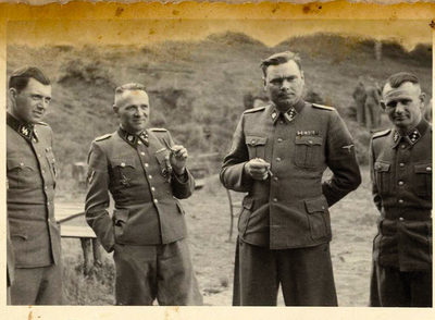 De izquierda a derecha, el doctor Mengele, Höss, Josef Kramer  (La Bestia de Belsen)  y otro oficial, en un descanso en Auschwitz. rnFoto: EE UU Holocaust Memorial Museum