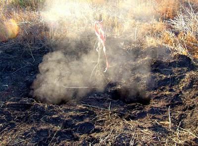 Una fumarola en un agujero del suelo del Parque Nacional de las Tablas de Daimiel.