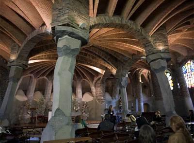 Interior de la cripta de la Colonia Güell, construida por Antonio Gaudí.