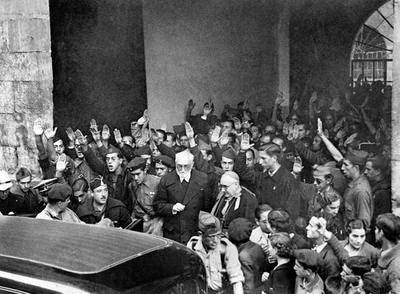 Unamuno, hostigado por los seguidores de Millán Astray, abandona la Universidad de Salamanca, tras el discurso del 12 de octubre de 1936, que significó su ruptura con el bando nacional. Arriba, el escritor con su hijo Ramón, en torno a 1900.