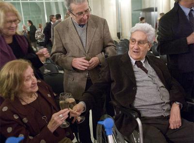 Albert Ràfols-Casamada brinda con su esposa Maria Girona durante el homenaje de ayer.