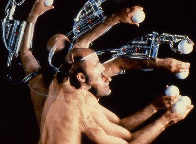 Sterlac, con su brazo robótico (1993)