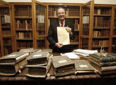 Ildefonso Díaz, en la Real Academiade Ciencias Exactas, Físicas y Naturales, muestra el original de la carta de Humboldt.