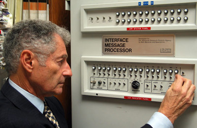 Leonard Kleinrock, junto al primer Interface Message Processor.