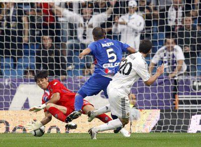 Ustari es incapaz de detener el remate de Higuaín que supone su segundo gol.
