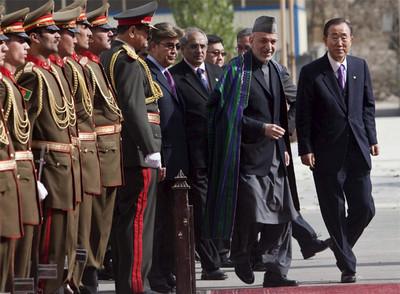 El secretario general de la ONU, Ban Ki-moon (derecha), acompaña al presidente Karzai a pasar revista a la guardia de honor ayer en Kabul.