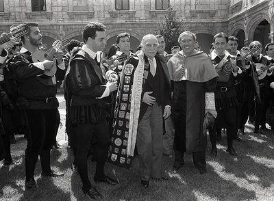 Francisco Ayala, vistiendo capa de tuno, tras recibir el premio Cervantes en 1992.
