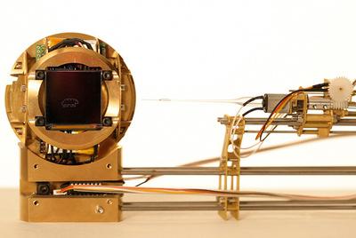 Tardigotchi es la esfera de latón que contiene al tardígrado Steven y a su avatar virtual Gotchi.