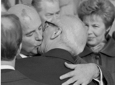 Mijaíl Gorbachov besa al dirigente de la RDA Erich Honecker durante una visita oficial a Berlín Este, en octubre de 1989.