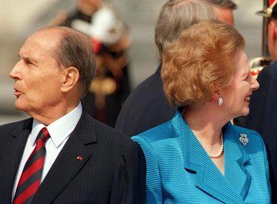 Thatcher y Mitterrand, el 14 de julio de 1989, durante la ceremonia de apertura de la cumbre del Grupo de los Siete celebrada en París. rnFoto: AFP