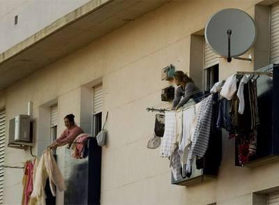La recesión no ha facilitado el acceso a las viviendas protegidas. En la imagen, uno de estos edificios en Barcelona