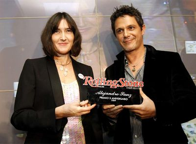 La ministra de Cultura, Ángeles González-Sinde, entrega el premio a Alejandro Sanz.