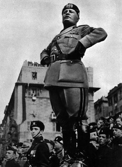 Benito Mussolini se dirige a la multitud en 1938.