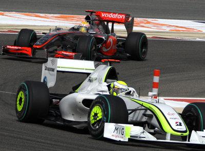 Jenson Button (Brawn), por delante de Lewis Hamilton (McLaren-Mercedes), durante el Gran Premio de Bahrein, en abril pasado.