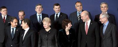 Los dirigentes de la UE, en la foto de familia ayer en Bruselas. En primera fila, el primer presidente estable del Consejo, Herman Van Rompuy (derecha), y la nueva alta representante, Catherine Ashton (tercera por la derecha).