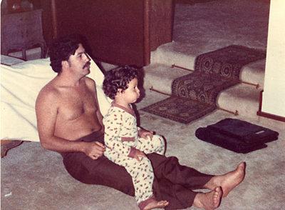 A la izquierda, el narcotraficante Pablo Escobar, con su hijo Juan Pablo, en 1978.